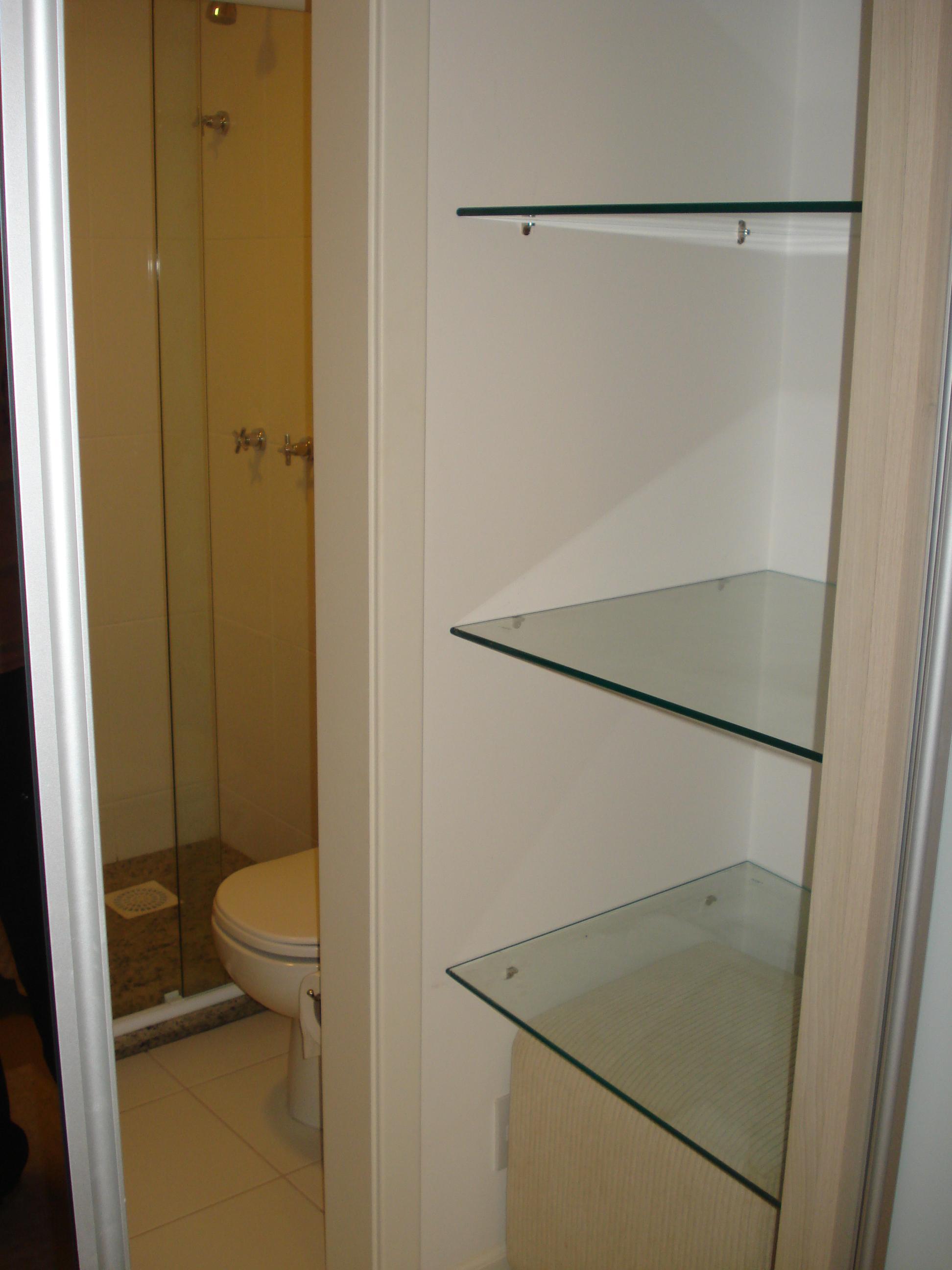 Entrada do banheiro dentro do guarda roupa  #674C24 1944x2592 Banheiro Com Duas Portas De Entrada